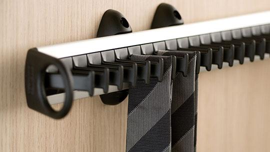 Držák kravat do vestavěné skříně.