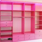 Růžová šatna se zásuvkami a šatními tyčemi