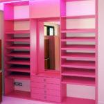 Vestavěná skříň do šatny růžová se zrcadlem
