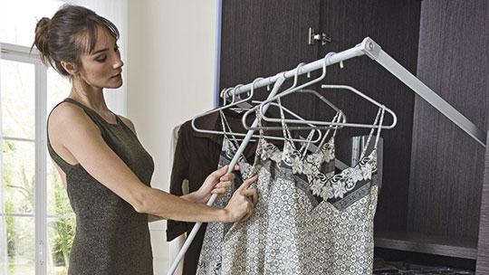 Sklopná šatní tyč do vestavění skříně.