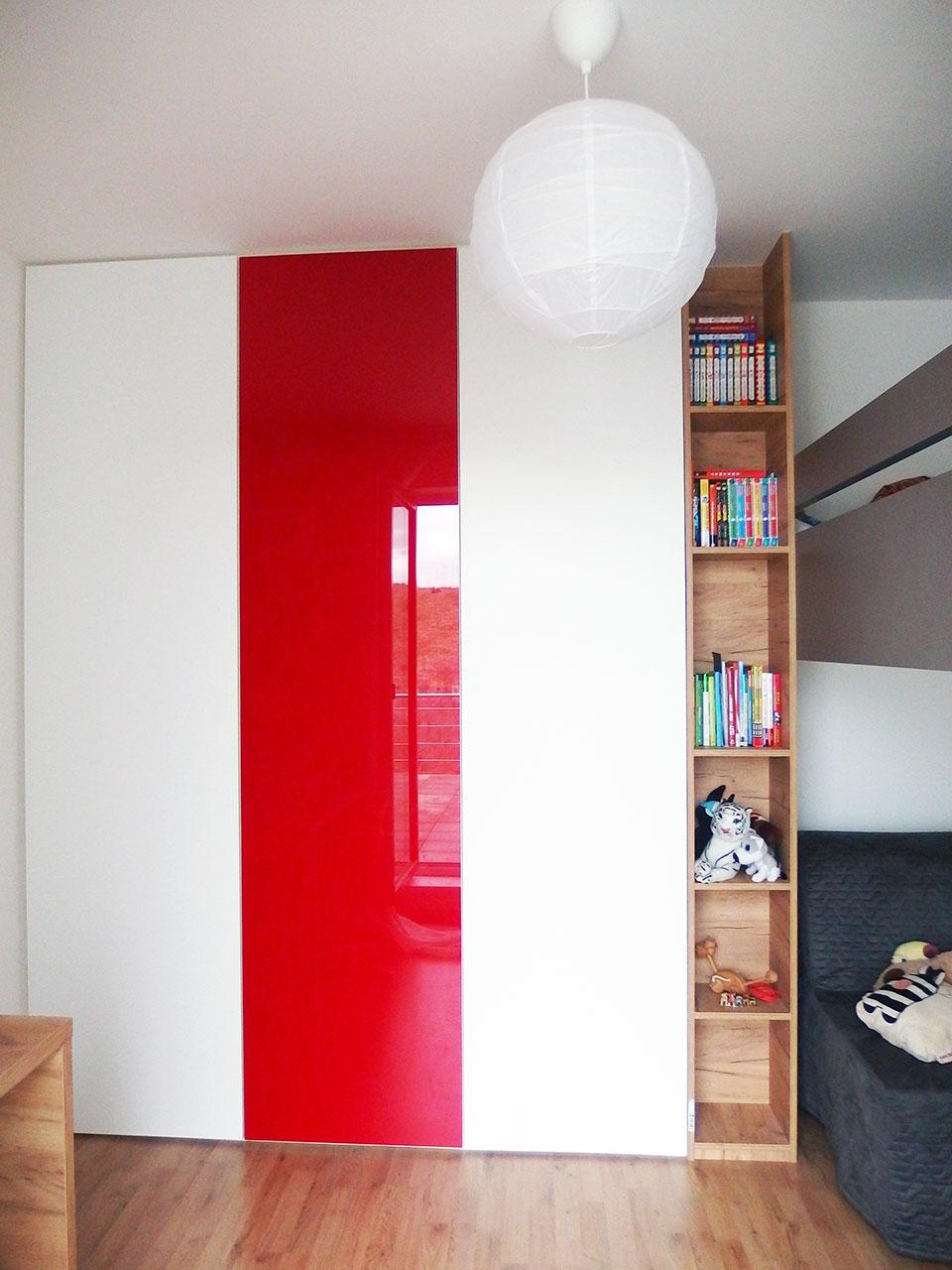 Vestavěná skříň s pantovými dveřmi do studentského pokoje