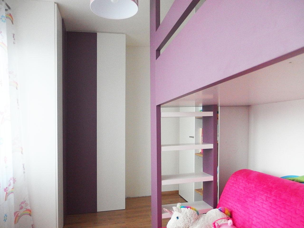 Dětský pokoj s rohovou skříní a patrovou postelí