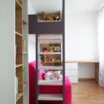 Dětský pokoj se zvýšenou postelí a psacím stolem