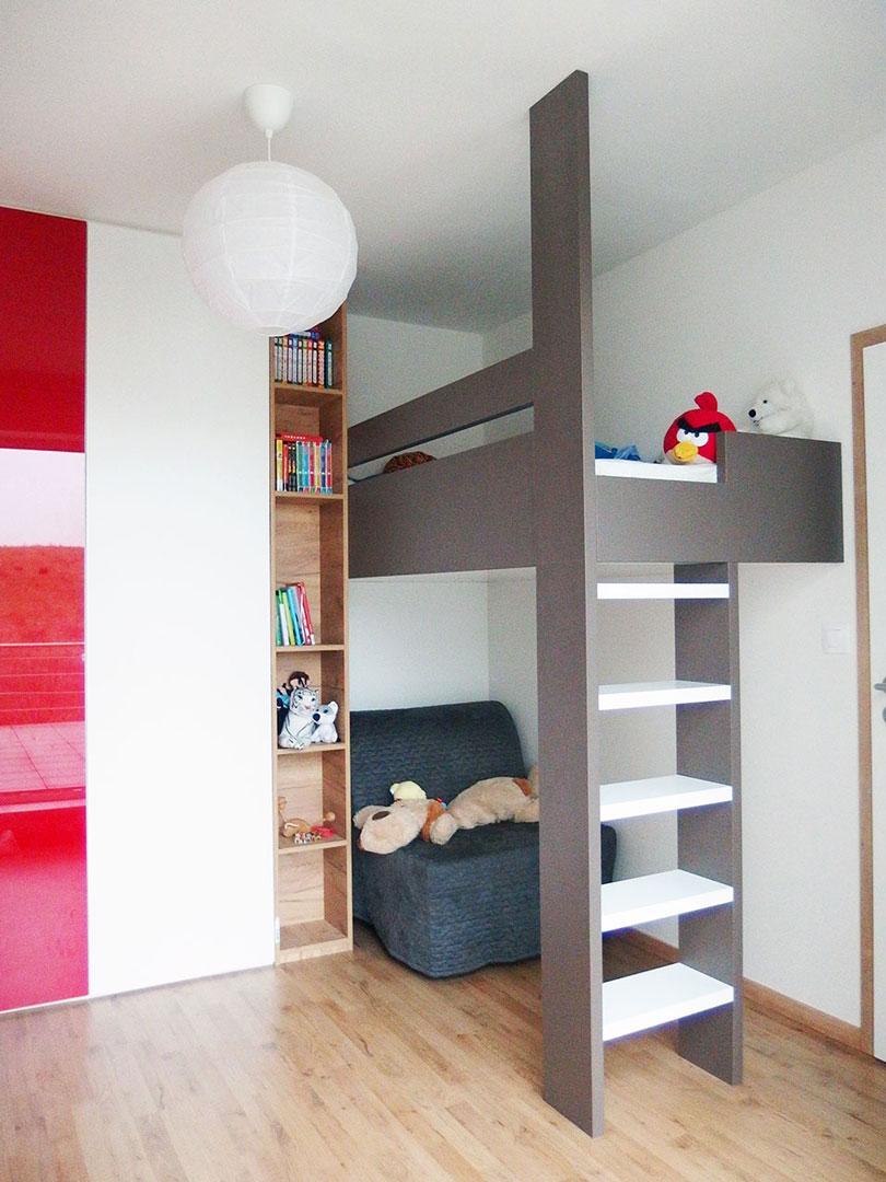 Dětský pokoj s vyvýšenou postelí. Pod postelí prostor na hraní.