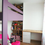 Dětský pokoj pro holčičku v kombinaci dřeva a bílé a fialové barvy