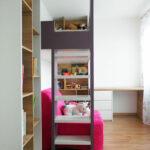 Holčičí pokoj se zvýšenou postelí a prostorem na hraní.