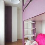 Vyvýšená postel do děstkého pokoje s prostorem na hraní a rohová skříň s pantovými dveřmi.