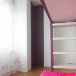 Rohová skříň s pantovými dveřmi v kombinaci bílé a fialové barvy.
