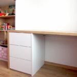 Psací stůl do dětského pokoje v kombinaci bílé a dřevodekoru.