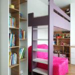 Patrová postel do děstkého pokoje s prostorem na hraní a otevřenými regály. Barva bílá, fialová, přírodní dub.