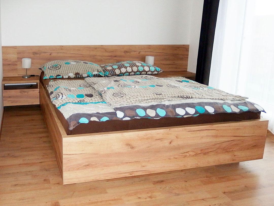 Manželská postel na míru 160x200cm na zvýšeném soklu. Materiál Dub přírodní.