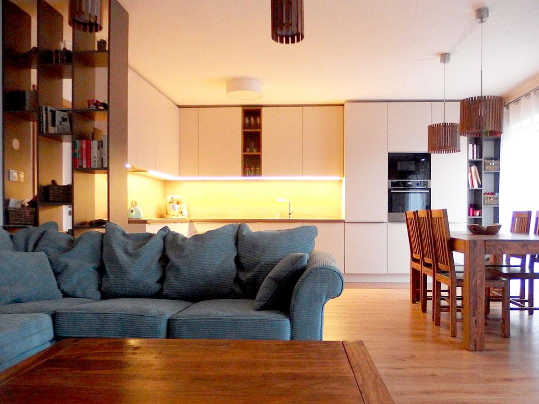 Obývací prostor s kuchyní na míru a otevřenými regály. Kompletně navržený a dodaný interier.