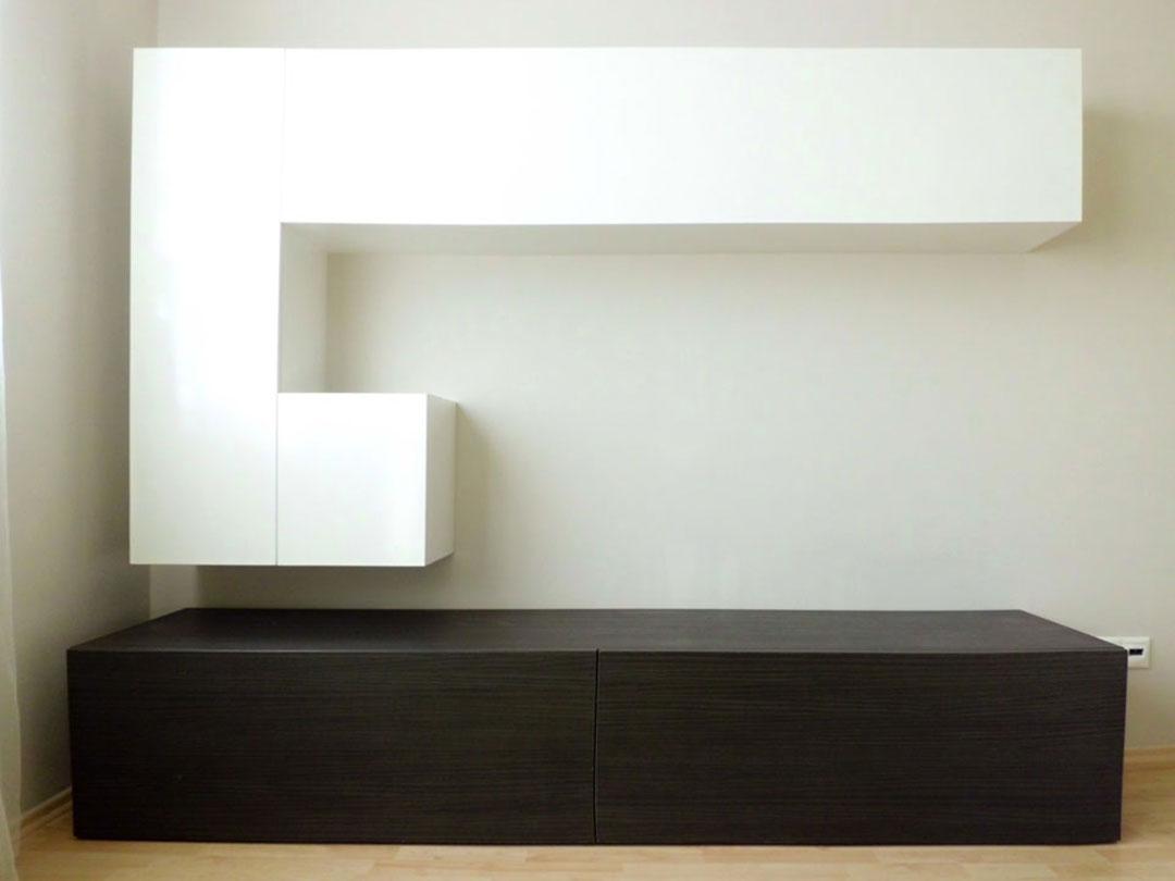 Obývací stěna v tmavém dřevodekoru a bílou lesklou částí.