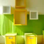 Otevřené police do dětského pokoje  v kombinaci bílé, žluté a zelené.