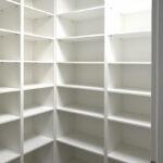 Bílé regály do šatny bez dveří.