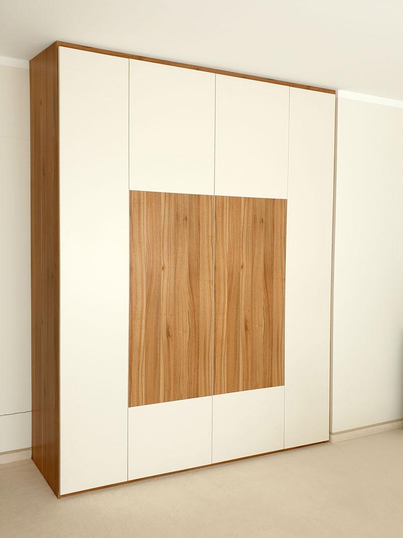 Pantová skříň na míru v kombinaci bíůé barvy a dřevěného dekoru.