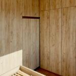 Pantová skříň do ložnice v dekoru přírodního dubu.