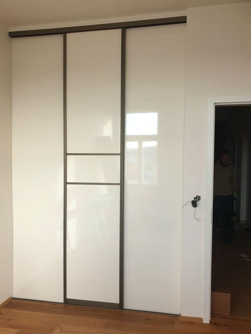 Realizace šatny na míru. Pohled na vstupní dveře, které je možno odsunout na obě strany.