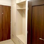 Realizace skříně do chodby s pantovými dveřmi a věšáky.
