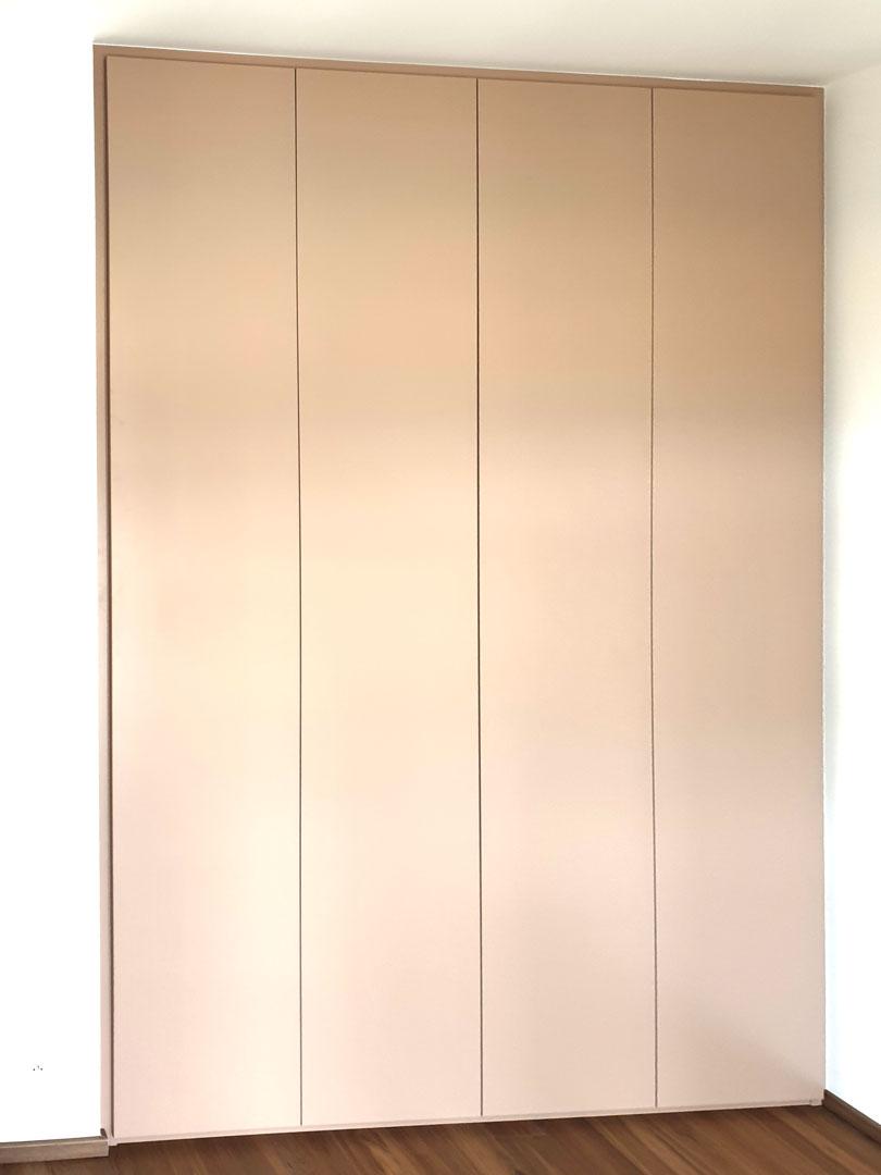 Pantová vestavěná skříň s bezúchytkovým otevíráním v krémové barvě.