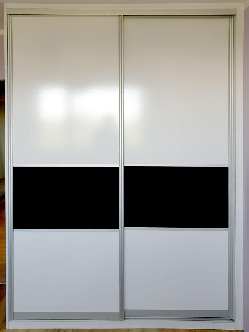 Vestavěná skříň s posuvnými dveřmi v bílé barvě s dělením černým pruhem.