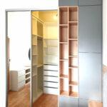 Přepažení místnosti skříní na míru s průchozími dveřmi do šatny.
