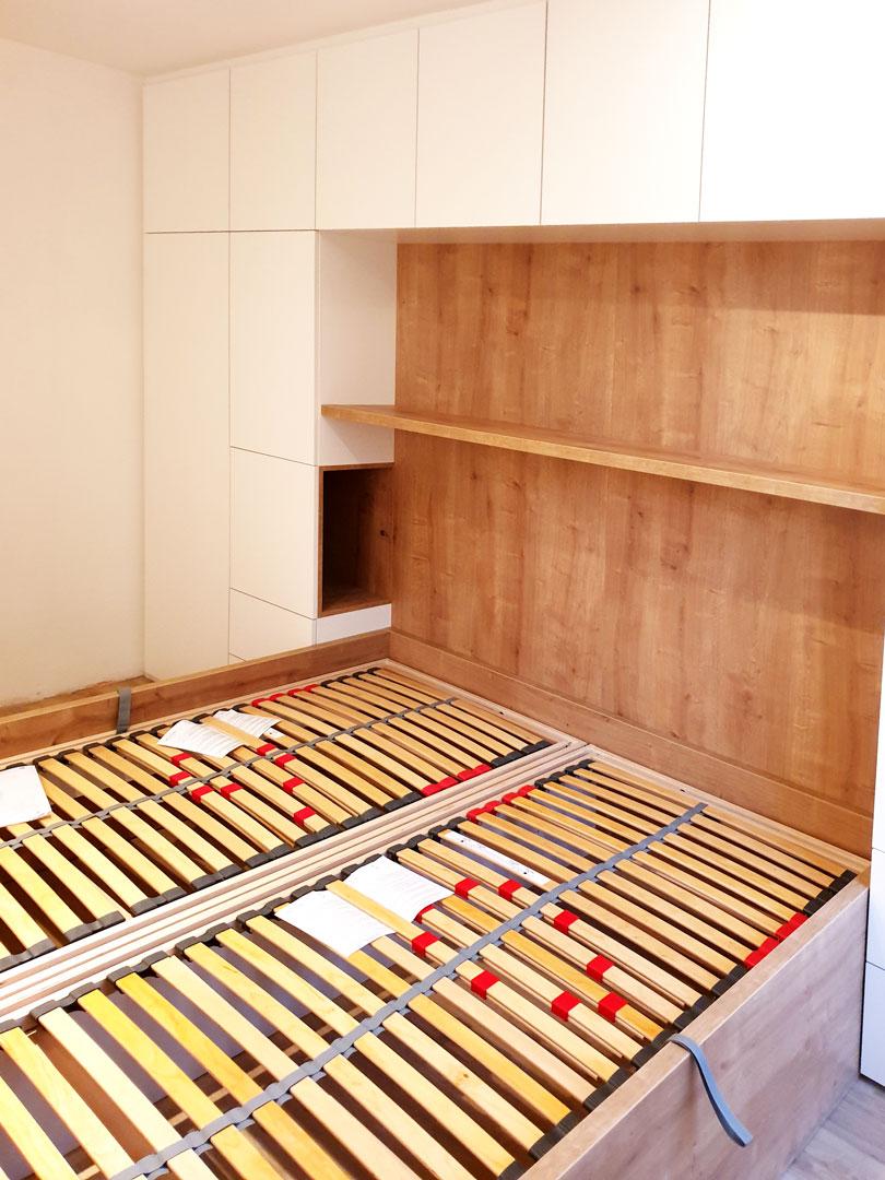 Realizace pantové skříně na míru do ložnice kolem postele.