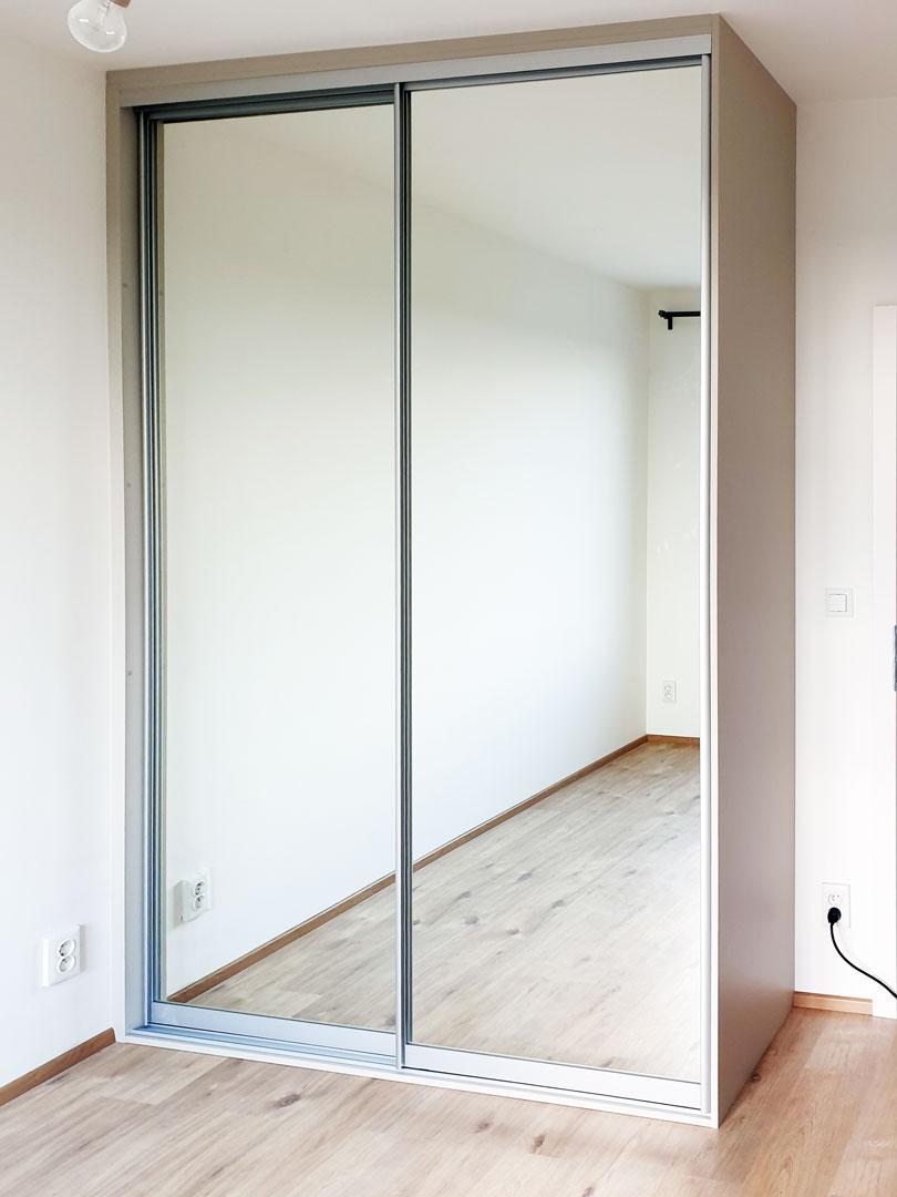 Zrcadlová skříň na míru s posuvnými dveřmi.