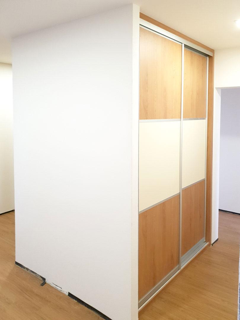 Realizace vestavěné skříně s posuvnými dveřmi s horizontálním dělením.
