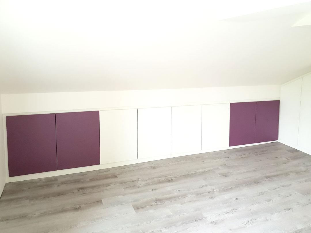 Nízká vestavěné skříň do podkroví s pantovými dveřmi.