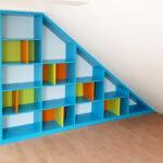 Otevřená vestavěné skříň do podkrovního dětského pokoje ve veselých barvách.