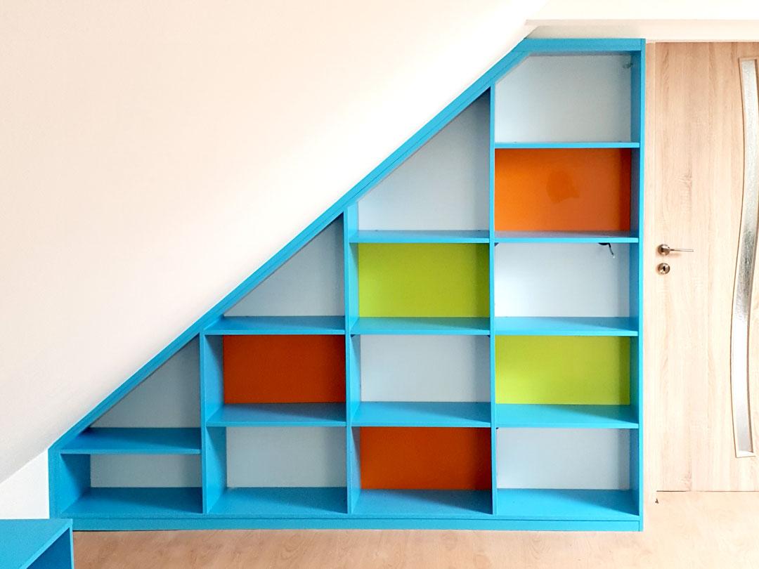 Realizace otevřené skříně na míru do dětského pokoje v podkroví.