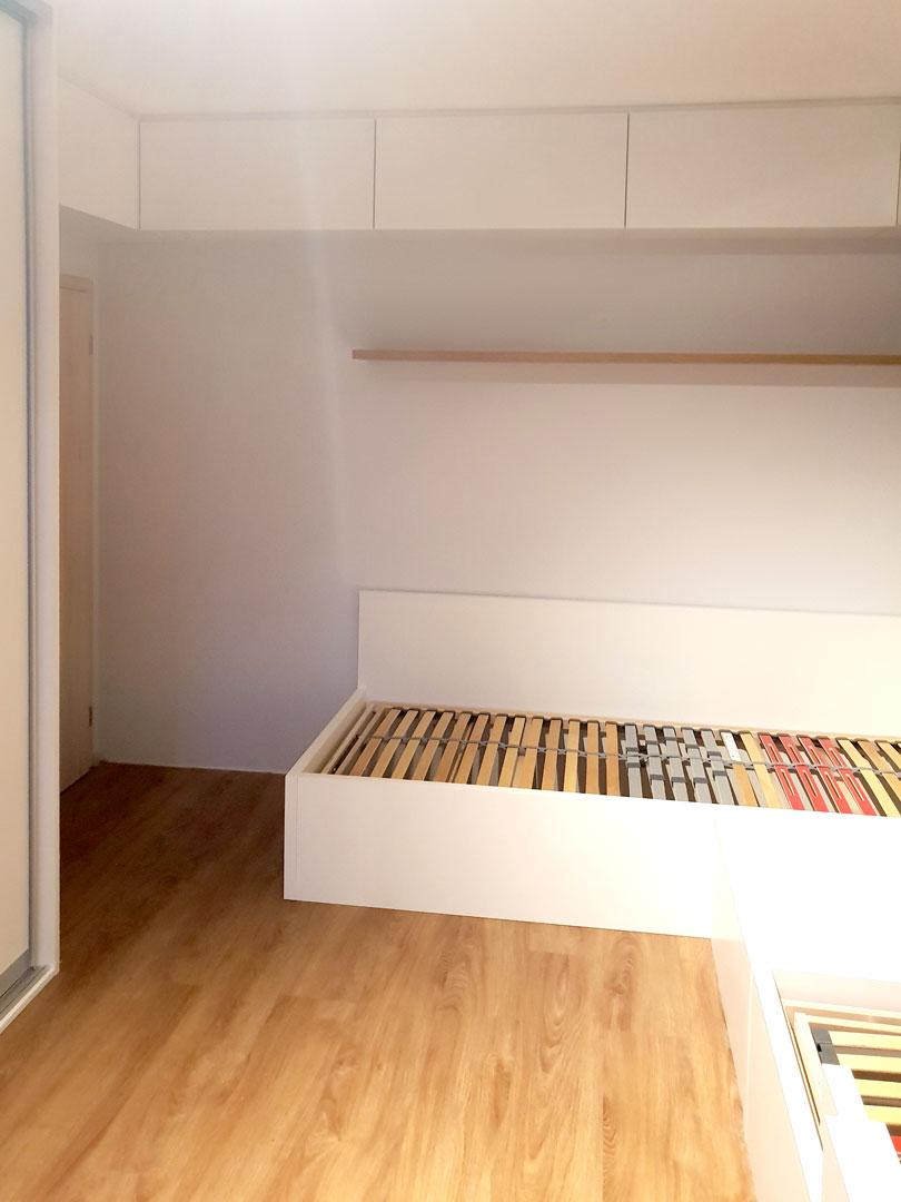 Realizace dětského pokoje se dvěmi postelemi, vetsavěnou skříní a pracovním stolem.