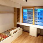 Realizace dětského pokoje se dvěmi postelemi, skříní a pracovním stolem.