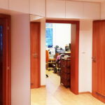 Realiazce skříní do chodby které obestavují prostor kolem dveří do pokojů.