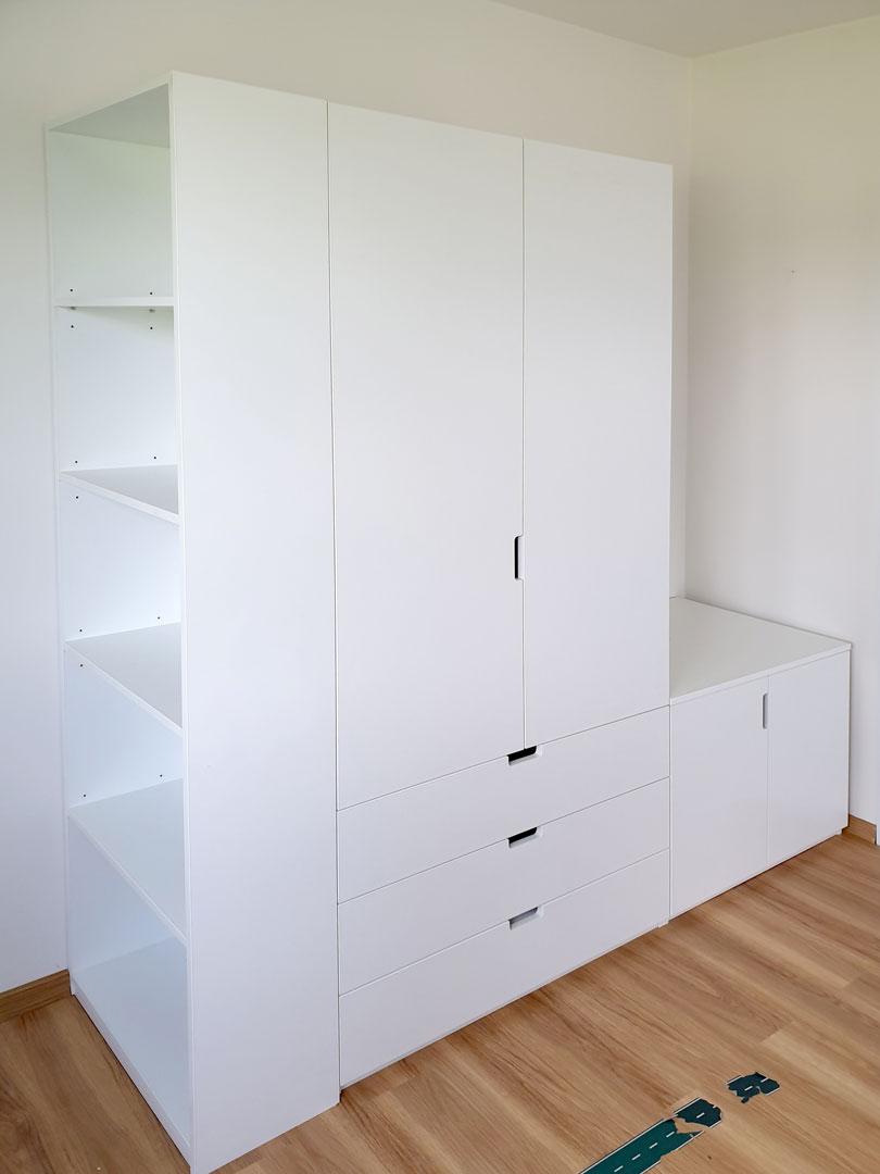 Skříň na míru s pantovými dveřmi v bílé barvě.