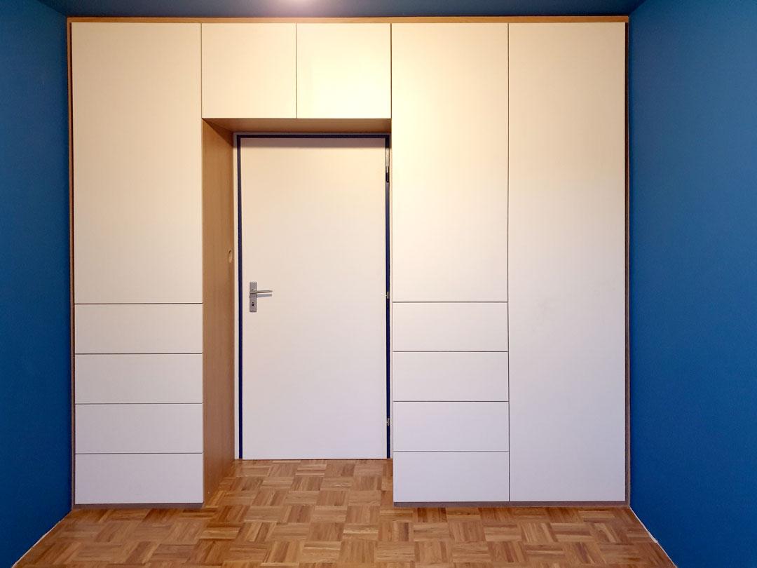Skříň na míru obestavěné kolem interierových dveří.