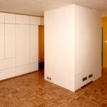 VEstavěná skříň s pantovými dveřmi v bílé barvě.