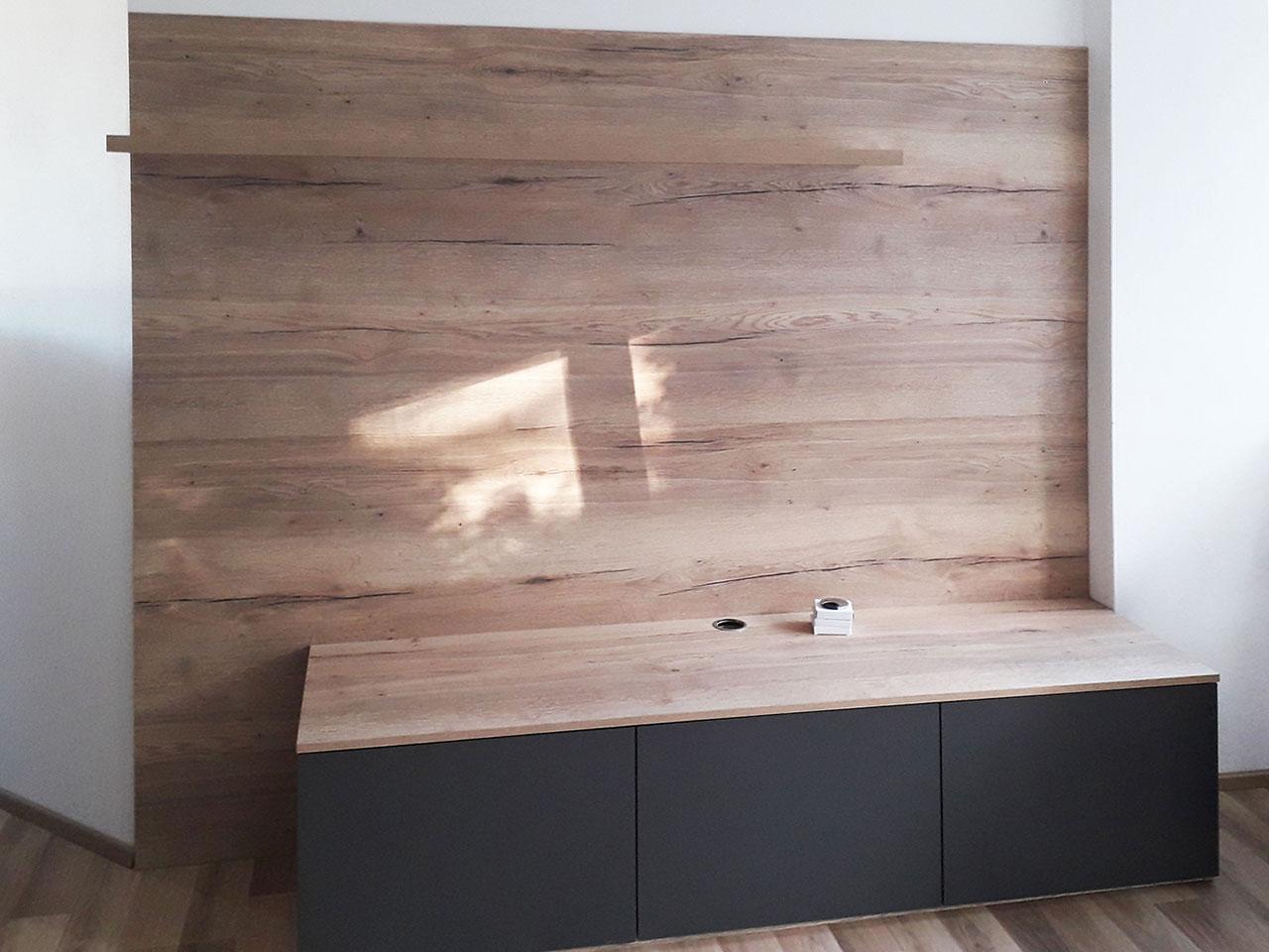 Obývací stěna s komodou připravená na instalaci televize.