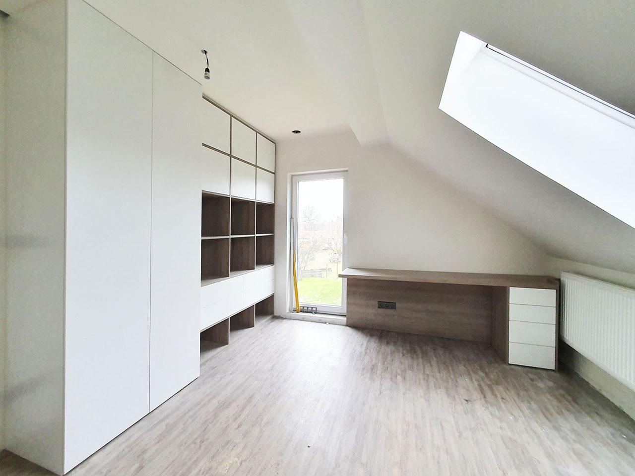 Bílá Skříň na míru s pantovými dveřmi, šuplíky a otevřenou dřevěnou částí v dřevodekoru.