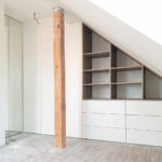 Rohová skříň na míru do prostoru v kombinaci bílé a dřevěného dekoru.