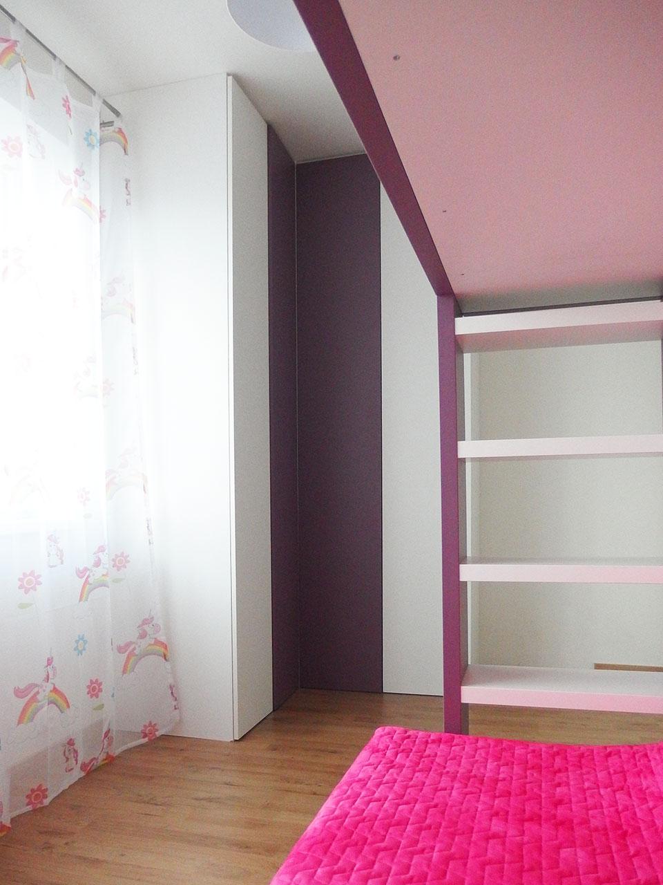 Rohová skříň na míru s pantovými dveřmi do dětského pokoje s patrovou postelí
