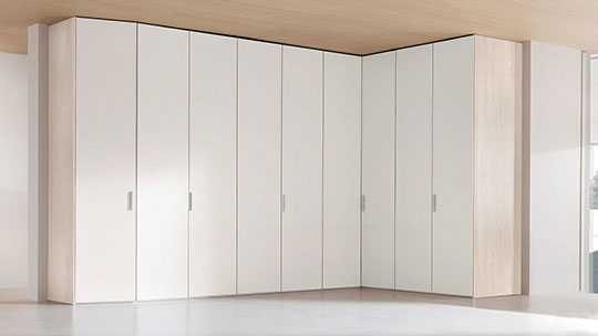 Rohová šatní skříň s pantovými dveřmi