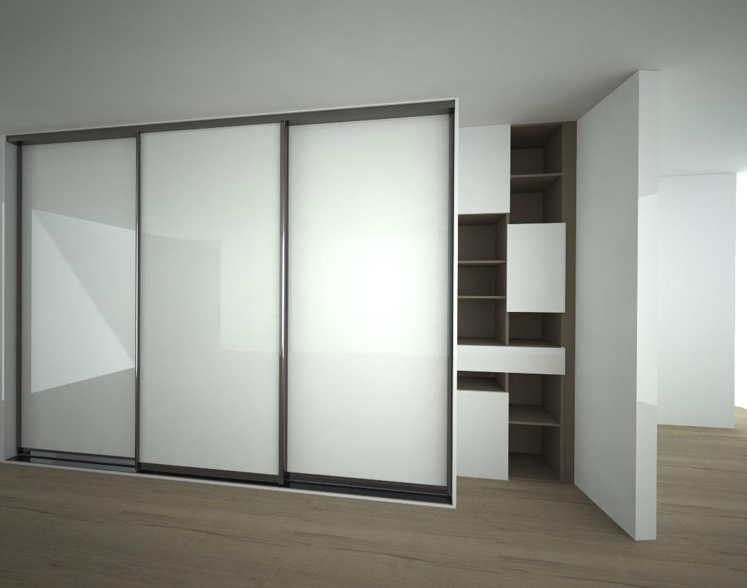 Vestavěná skříň s posuvnými skleněnými dveřmi a otevřenou policovou skříní