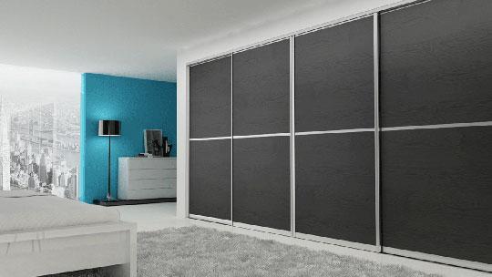 Velká vestavěná skříň s posuvnými dveřmi