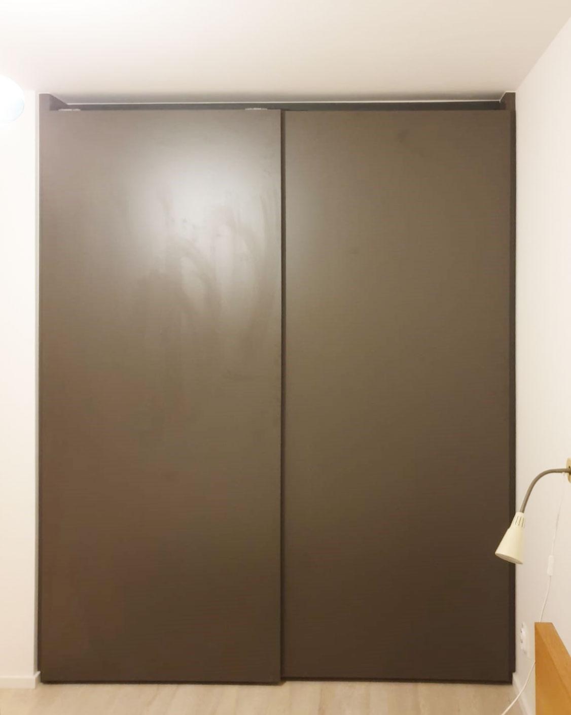 Skříň na míru s posuvnými dveřmi bez rámů