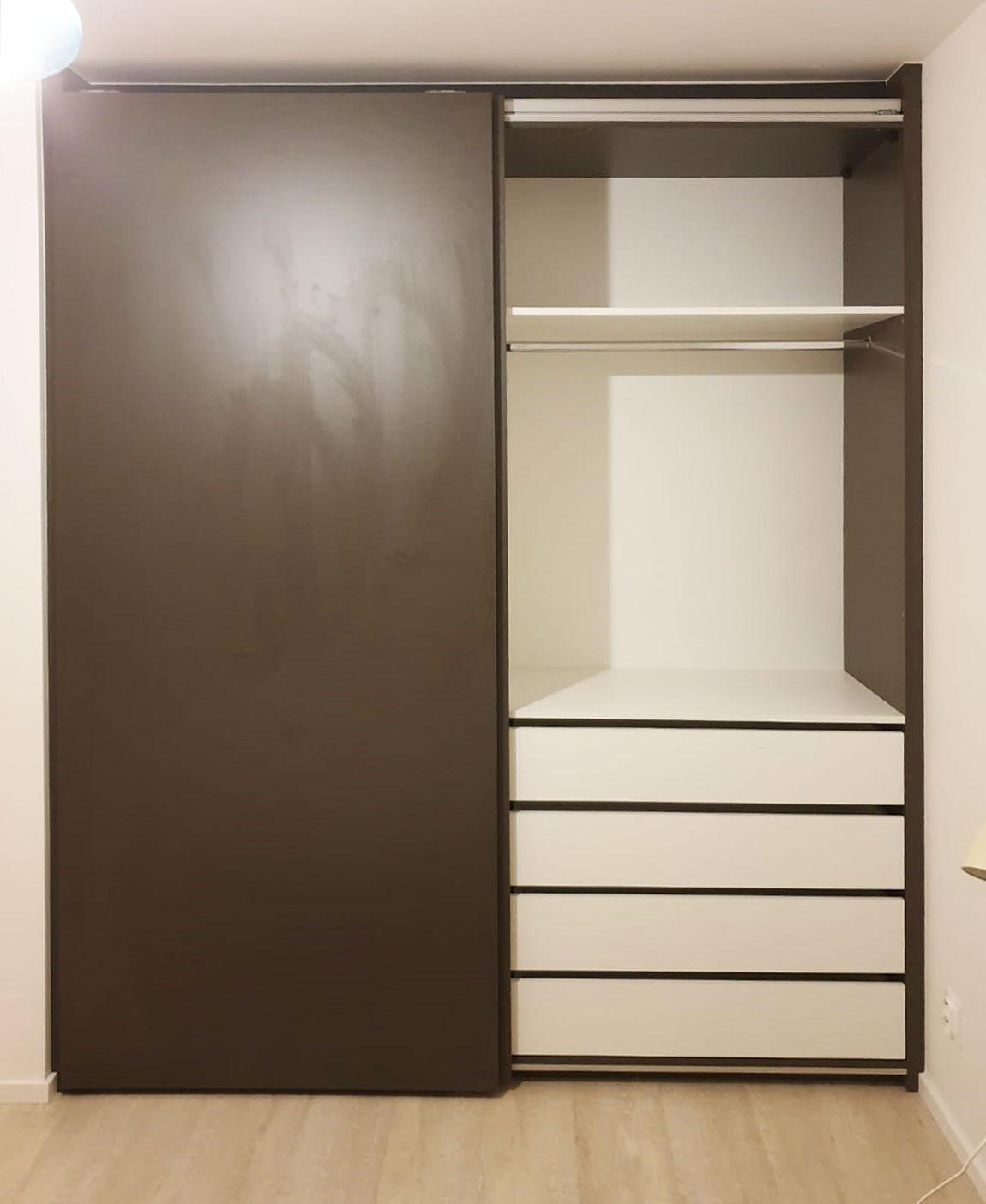 Otevřená skříň s bezrámovými posuvnými dveřmi