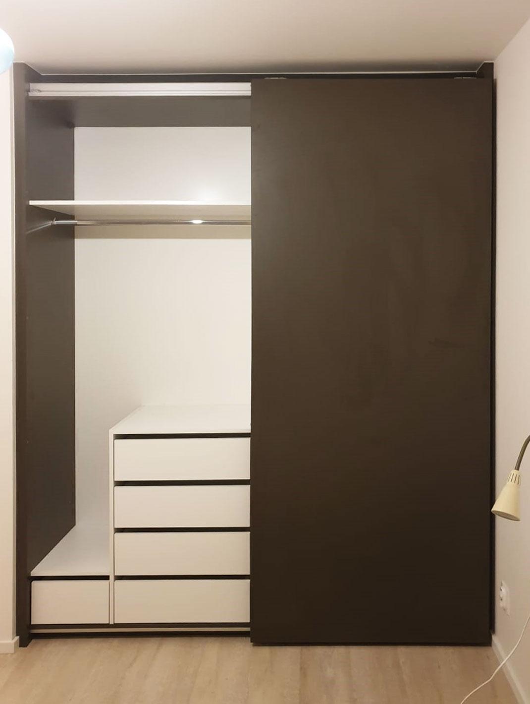 Otevřená vestavěná skříň s bezrámovým pojezdem dveří s bílým interierem