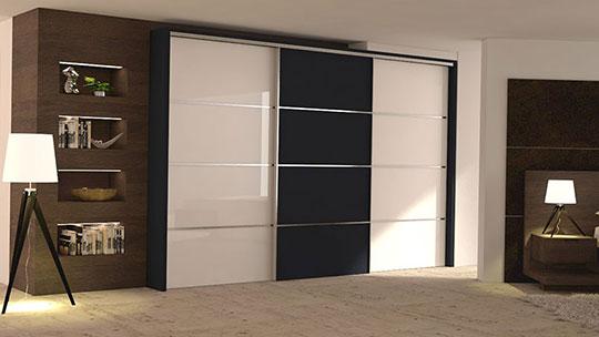 Vestavěné skříně s posuvnými dveřmi v hliníkovém rámu.