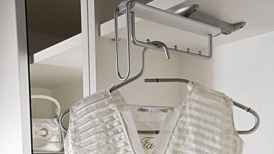 Výsuvné šatní tyče k vestavěným skříním
